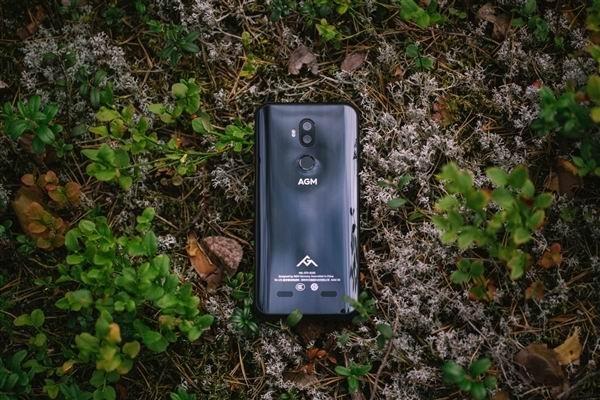e9f374736c772 Как отмечено в пресс-релизе, корпус AGM X3 умеет поглощать удары при  падении, что позволит спасти экрану жизнь в большинстве случаев. Смартфон  защищен от ...
